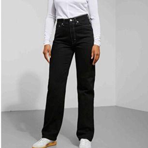 Säljer mina jeans från Weekday i modellen Row. Säljs då dem är förstora. Köpt för 1 vecka sedan. Kan mötas upp i Stockholm. Nypris: 500kr Frakt: 99kr (frakt ingår i priset) ❤️