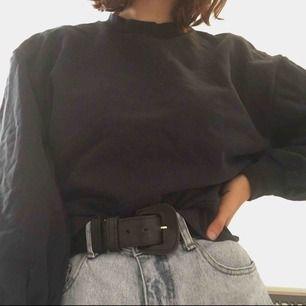 Mysig lite croppad mörkblå tjocktröja från &otherstories med puffiga armar. Tjockt material och varm. Storlek 38 💖