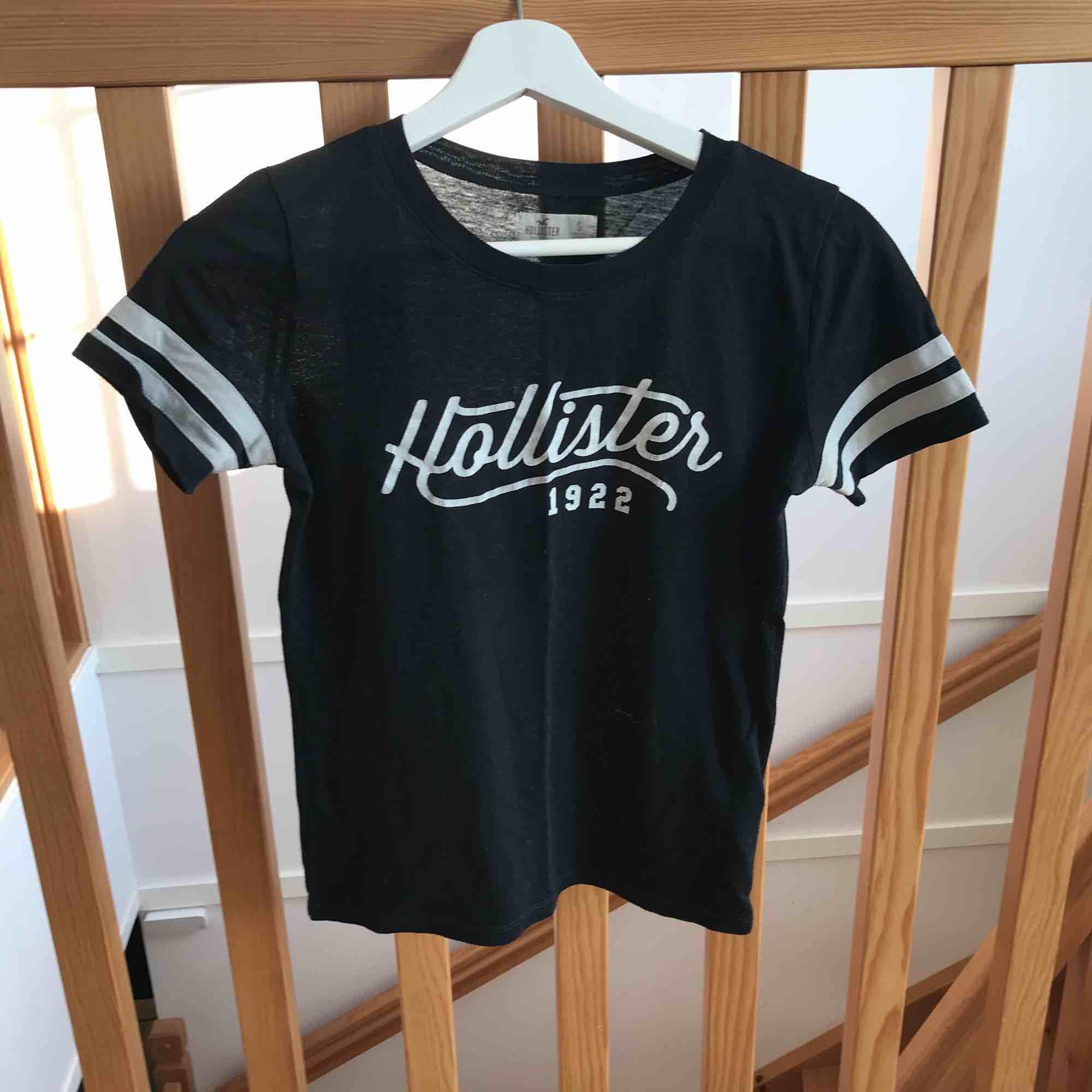 Äkta Hollister-t-shirt. Lite bristningar i texten men annars välbevarad. T-shirts.