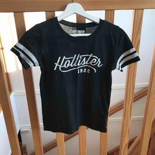 Äkta Hollister-t-shirt. Lite bristningar i texten men annars välbevarad