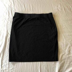 Basic svart tajt kjol
