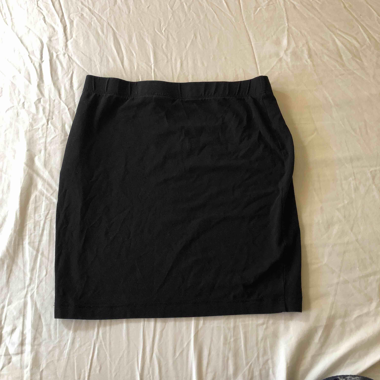 Basic svart tajt kjol. Kjolar.
