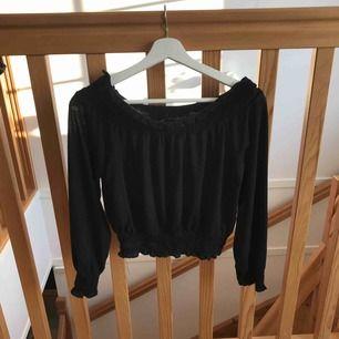 Offshoulder-tröja från GinaTricot! Tröjan är svart och är ribbad vid armarna, axlarna och nere vid slutet av tröjan också. Ribbningen är elastisk och jag tror även att denna tröja skulle passa för folk som har storlek M också.