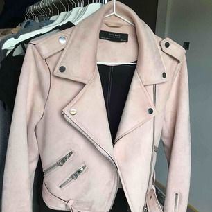 Superfin rosa jacka från Zara, köpt för nåt år sedan (finns inte att köpa längre) och har sedan dess aldrig använt den så den är ny om man tänker så!😊 Kan såklart fraktas om du står för frakten, vid frågor tveka ej att fråga!😊