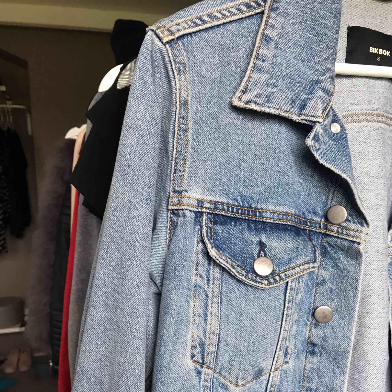Superfin jeansjacka från Bikbok, köpte den förra året och har endast använt den max 5 ggr så jag känner att det är onödigt att behålla den!☺️ Kan såklart frakta om du betalar frakten, tveka inte att fråga ifall du har frågor😊❤️. Jackor.
