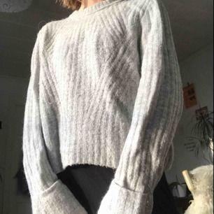 Grå stickad tröja från H&M. Mysig och varm.