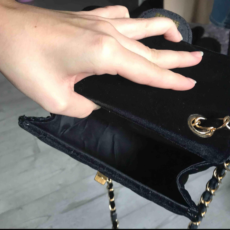 Superfin svart väska i sammet material, har aldrig använt den och tycker därför att det är onödigt att behålla den. Tveka inte att fråga vid frågor, fraktar såklart om du betalat den!😊❤️. Väskor.