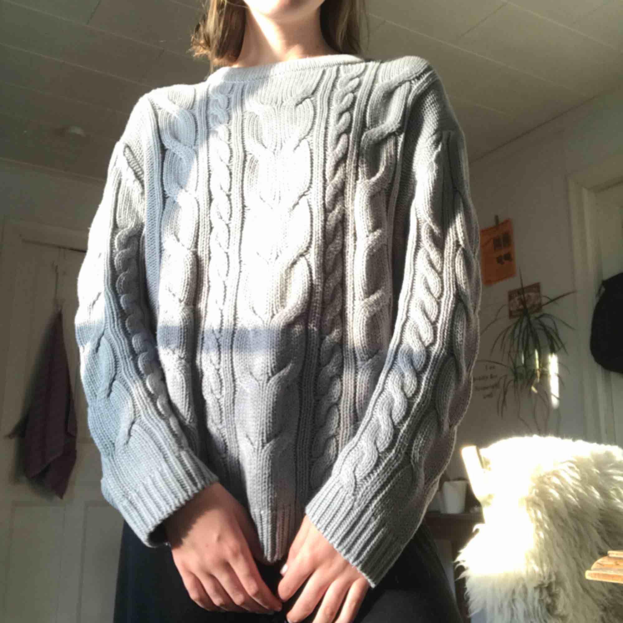 Grå stickad tröja. Väldigt mysig och mjuk. . Tröjor & Koftor.