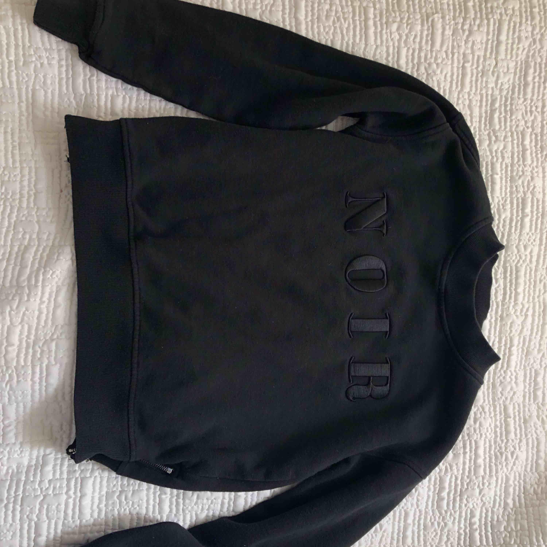 Svart sweatshirt med dragkedjor som detaljer på sidorna . Tröjor & Koftor.