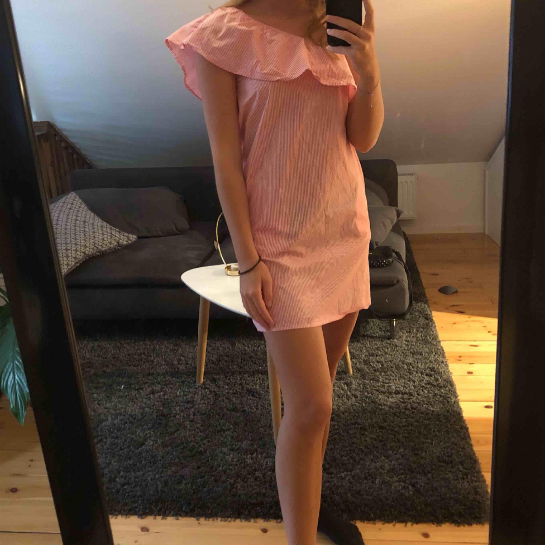 Randig one shoulder-klänning med volanger!!! Superskön och gullig. Klänningar.