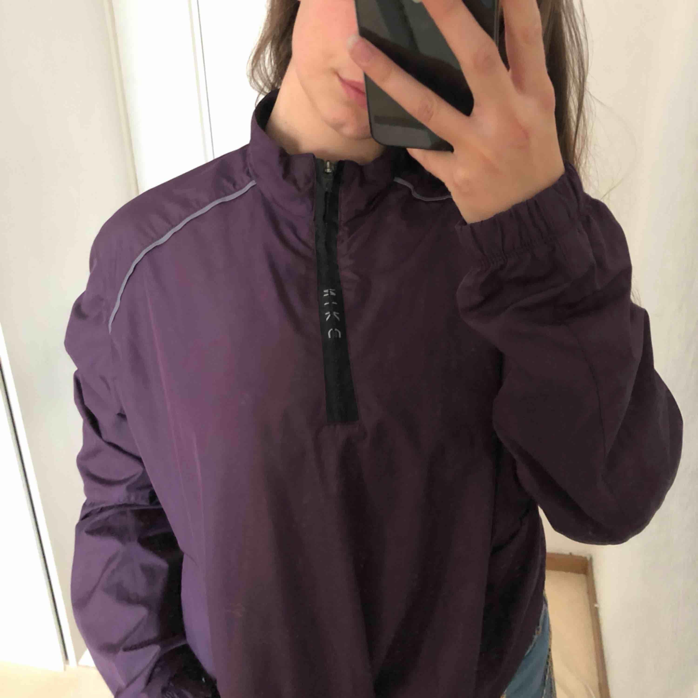 Jättefin Nike jacka i världens finaste lila färg! Skriv ifall du har några frågor :) frakt; 54kr. Jackor.