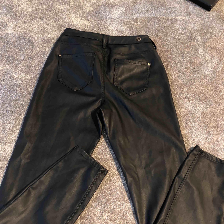 ✨Super fina skinn byxor, använda ganska många ggr men inga skavanker el så, står ingen strl men skullr säga Small✨ fraktar spårbart . Jeans & Byxor.
