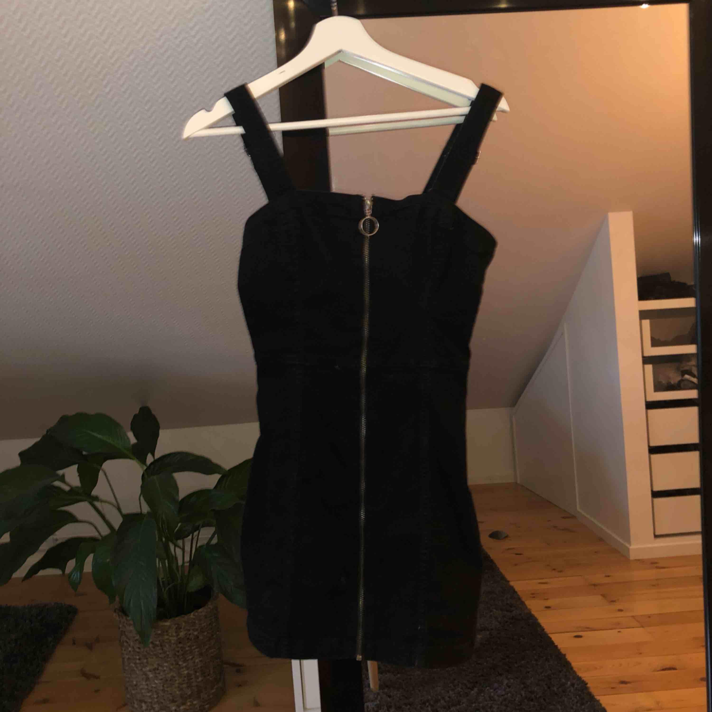 OANVÄND klänning i svart jeansliknande material. Har dragkedja framtill. Sitter som en smäck😘 Skriv pm om ni vill ha mer info. Klänningar.