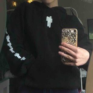 Billie eilish merch.köpt på hennes konsert på fryshuset i vintras,kommer tyvärr inte till någon användning .nypris 600kr