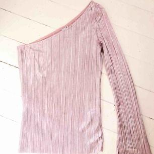 INKLUSIVE FRAKT! I en rosa glansigt tyg vilket gör den perfekt för fest! Använd en gång! Säljs då jag själv tycker att jag inte passar i rosa.