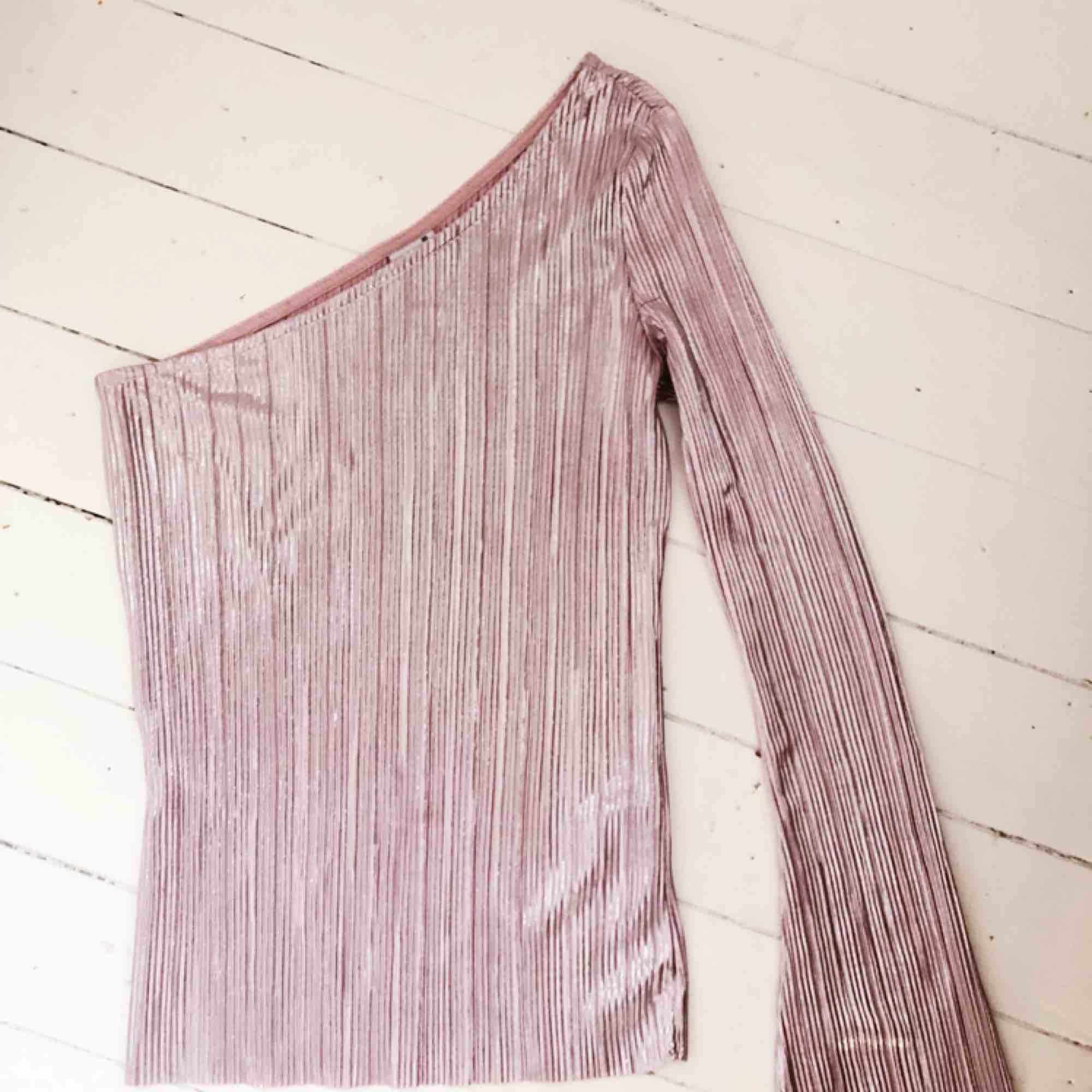 INKLUSIVE FRAKT! I en rosa glansigt tyg vilket gör den perfekt för fest! Använd en gång! Säljs då jag själv tycker att jag inte passar i rosa.. Toppar.