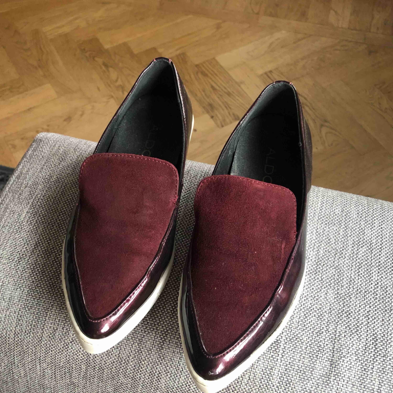 Vinröda loafers, jättefint skick! 50kr + 63kr i spårbar frakt ✉️. Skor.