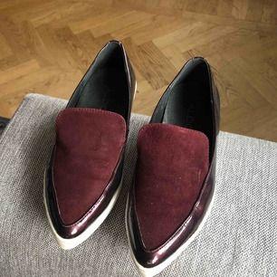 Vinröda loafers, jättefint skick! 50kr + 63kr i spårbar frakt ✉️