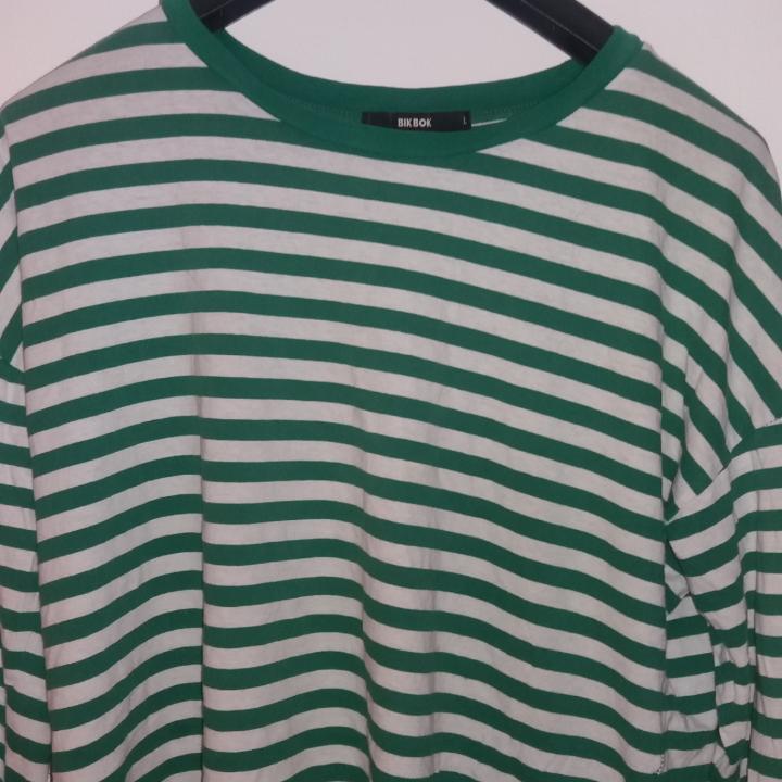 Grön och vit randig långärmad från BikBok! . Tröjor & Koftor.