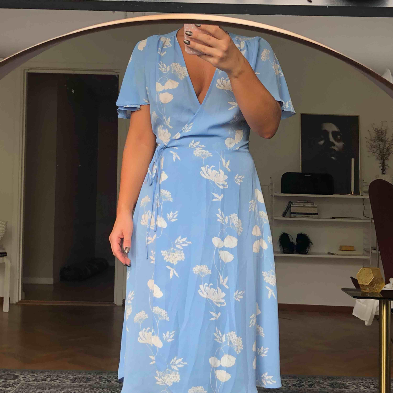 Jättefinklänning från GinaTricot, strl 34 men tycker den passar lika bra som 36. 200kr + 63kr i spårbar frakt ✉️. Klänningar.