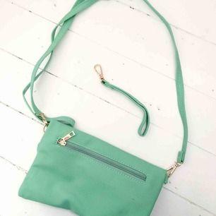 INKLUSIVE FRAKT! Väska i en mintgrön färg. Använd en gång!