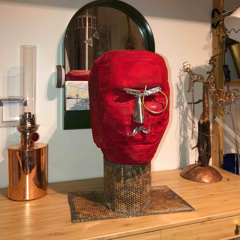 Den här snubben söker ett nytt hem. Handgjord träskulptur. Sjukt cool i rätt rum! . Övrigt.