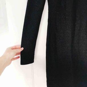 INKLUSIVE FRAKT! Klänning från Gina tricot med turtle neck och som är svart med glitter i sig. Använd under en nyår. Figursydd.