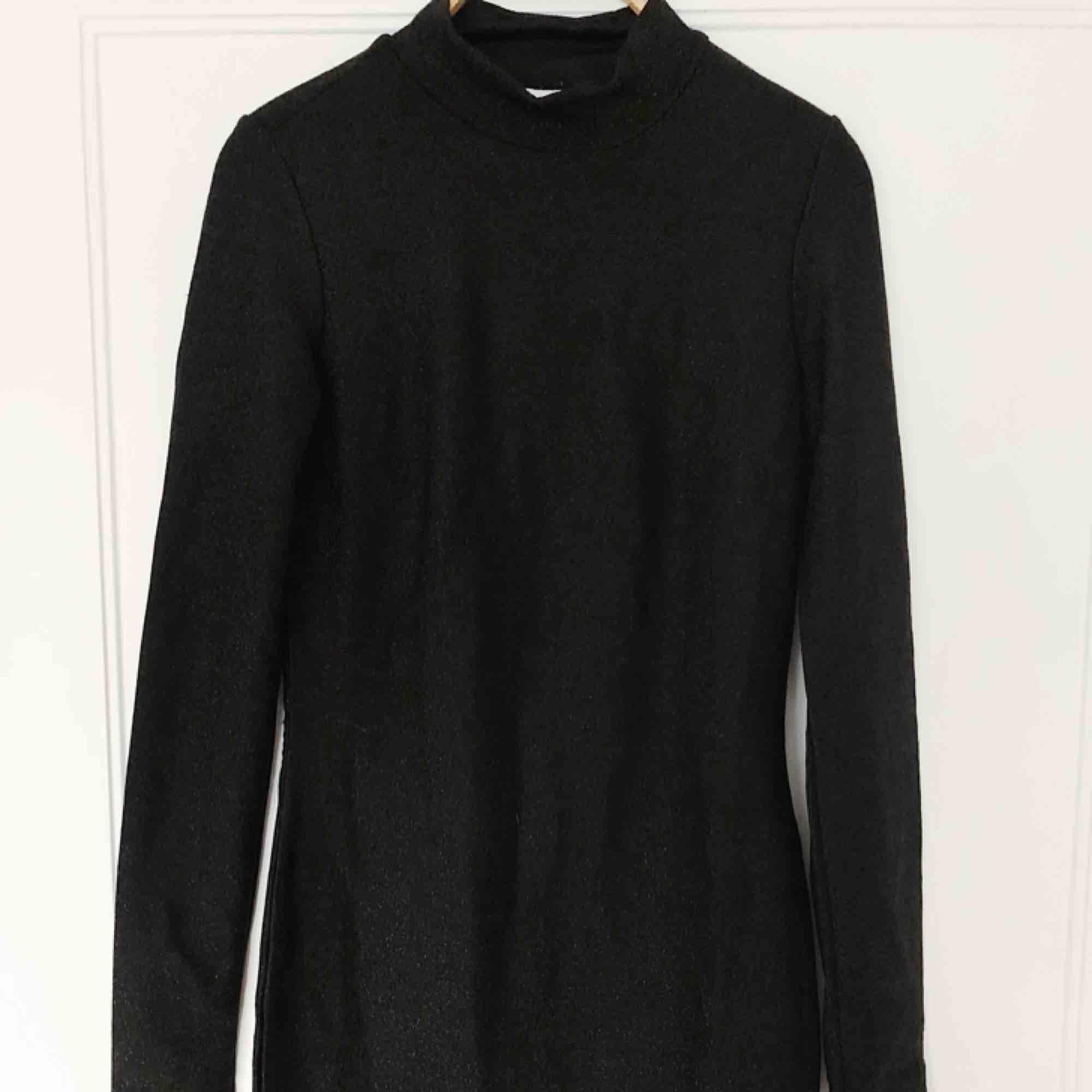 INKLUSIVE FRAKT! Klänning från Gina tricot med turtle neck och som är svart med glitter i sig. Använd under en nyår. Figursydd. . Klänningar.