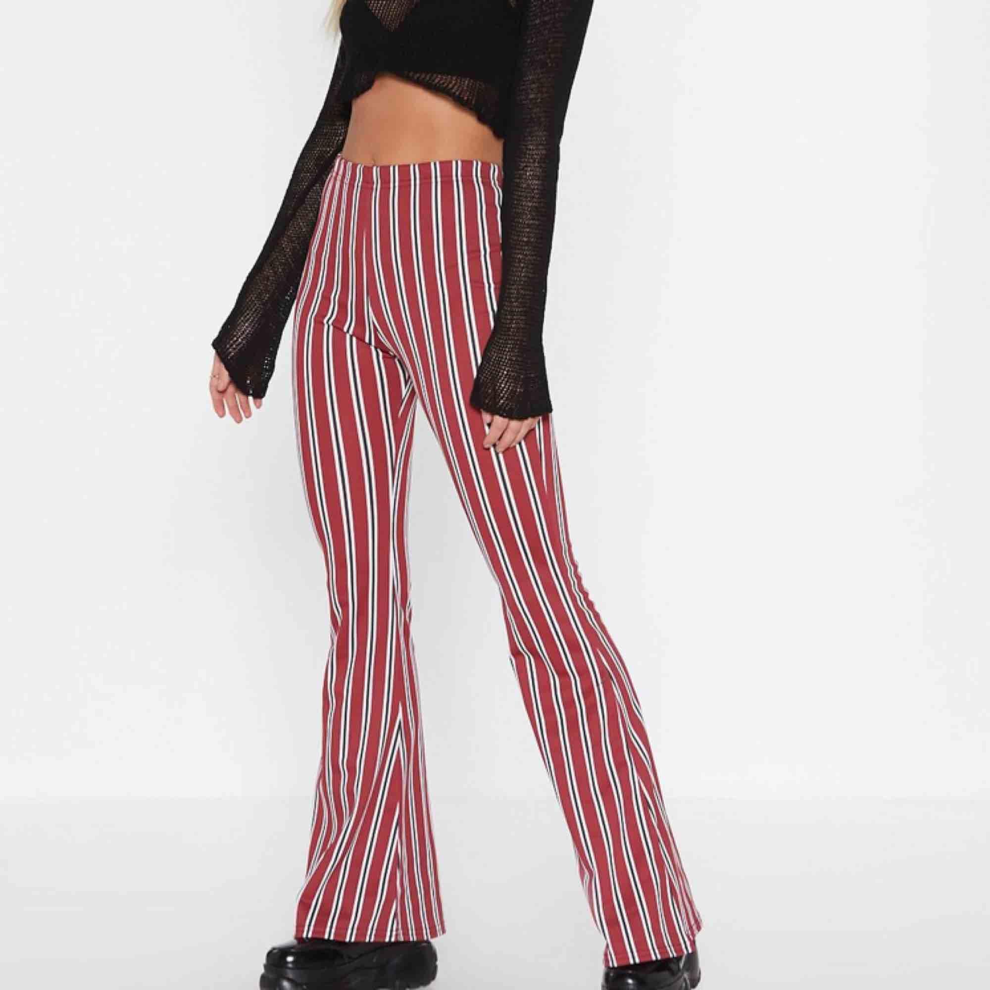 Super snygga byxor i ett mjukt material från Nasty Gal. Helt oanvända bara testade, prislapp kvar! Frakt tillkommer😋. Jeans & Byxor.