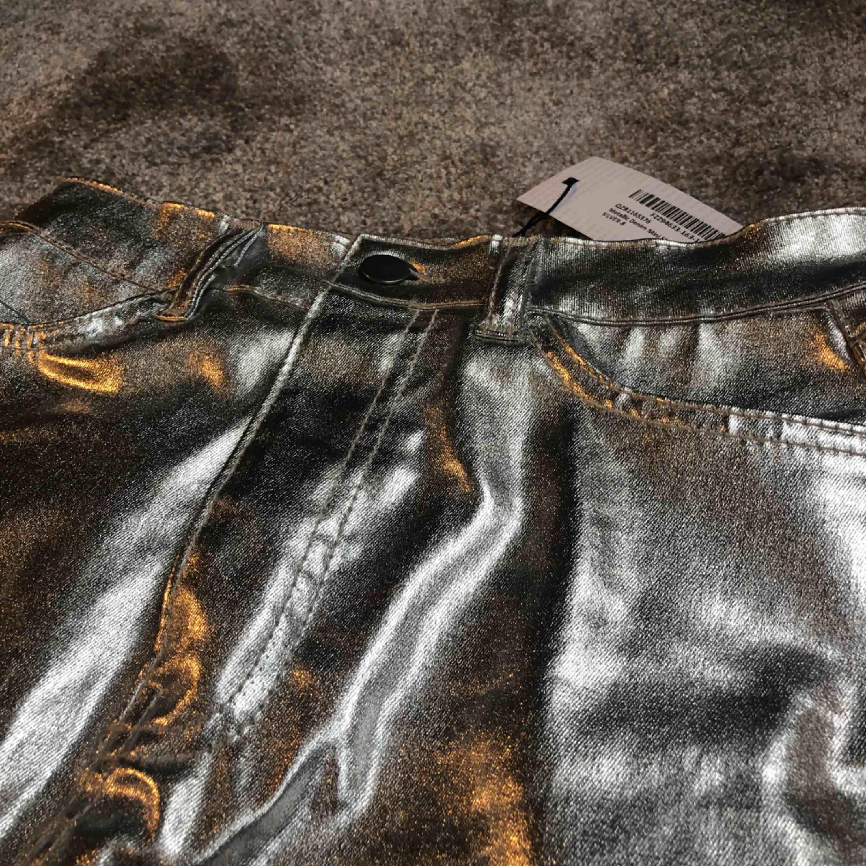 ✨Super fin silver metallisk kjol från boohoo, aldrig använd (prislappen kvar) strl 36 = small✨  Fraktar spåbart . Kjolar.