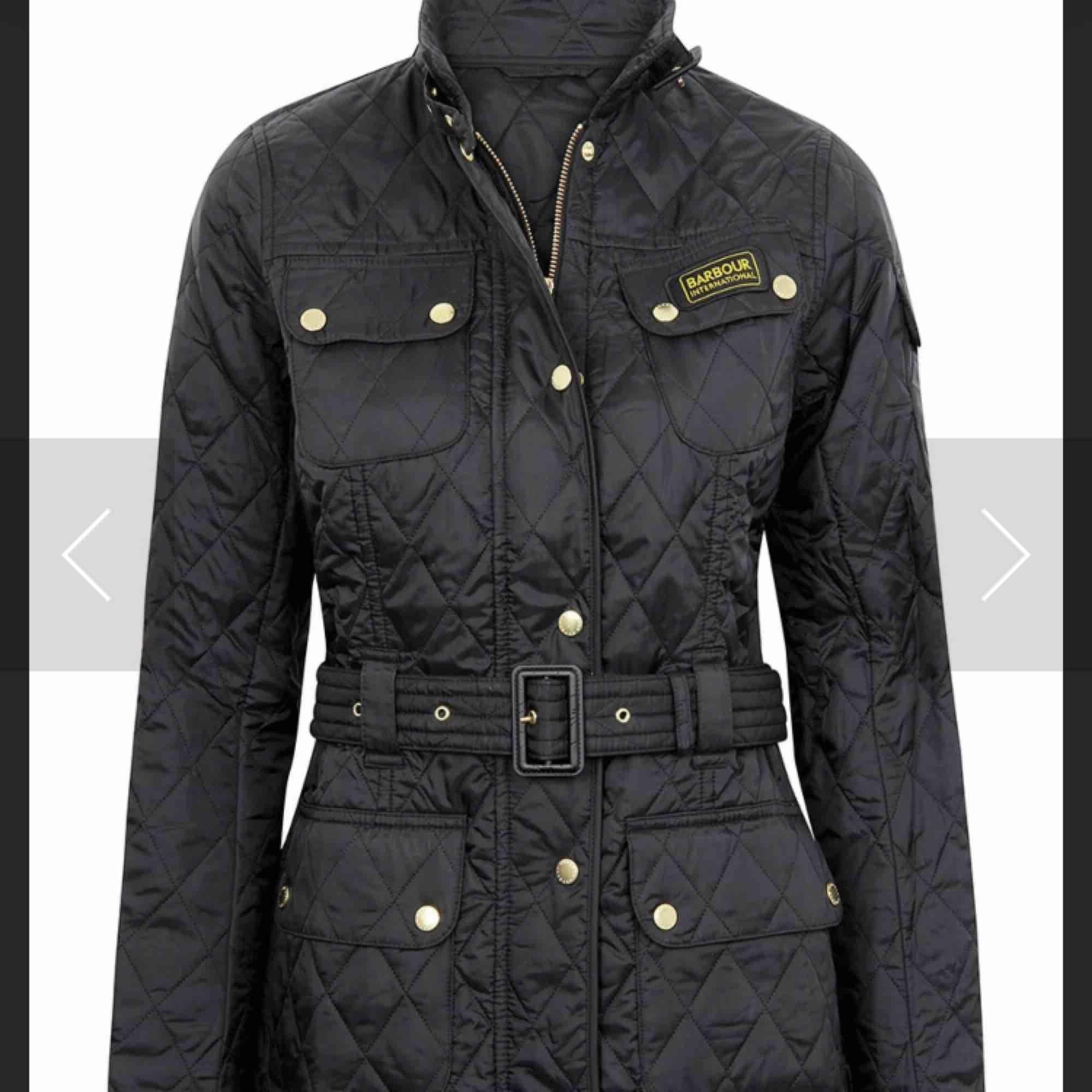 Helt ny Burberry jacka, svart, går att justera och kan därför både passa M och L, aldrig använt, säljes pga fel storlek. Pris går att diskutera vid snabb affär . Jackor.