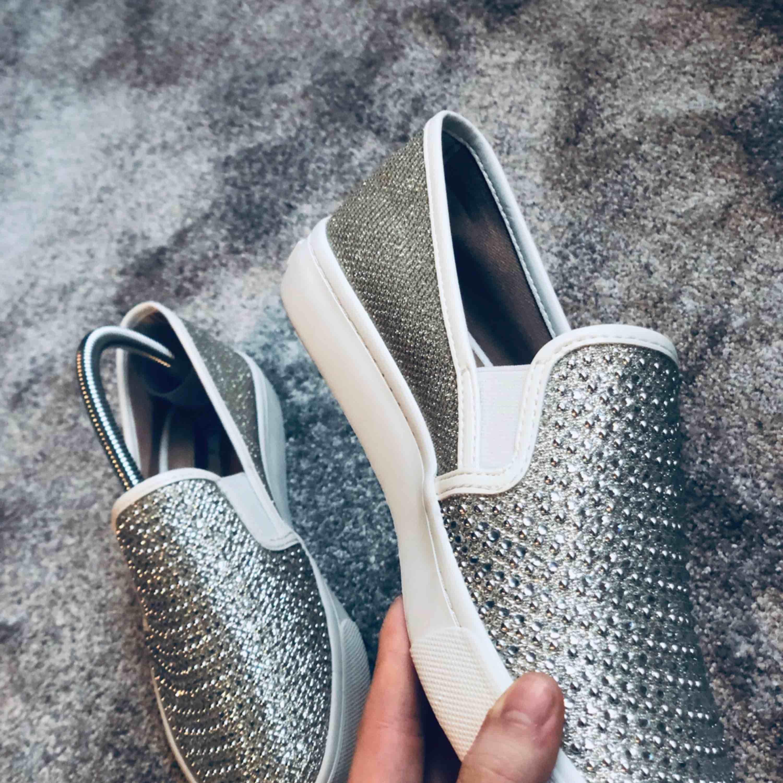 ✨sååå himla fina glittriga skor, köpta i USA så storleken är 7,5 vilket motsvarar 38, men tycker det är en liten 38 så mer åt 37 i strl.  Aldrig använda endast testade✨  Fraktar spårbart . Skor.