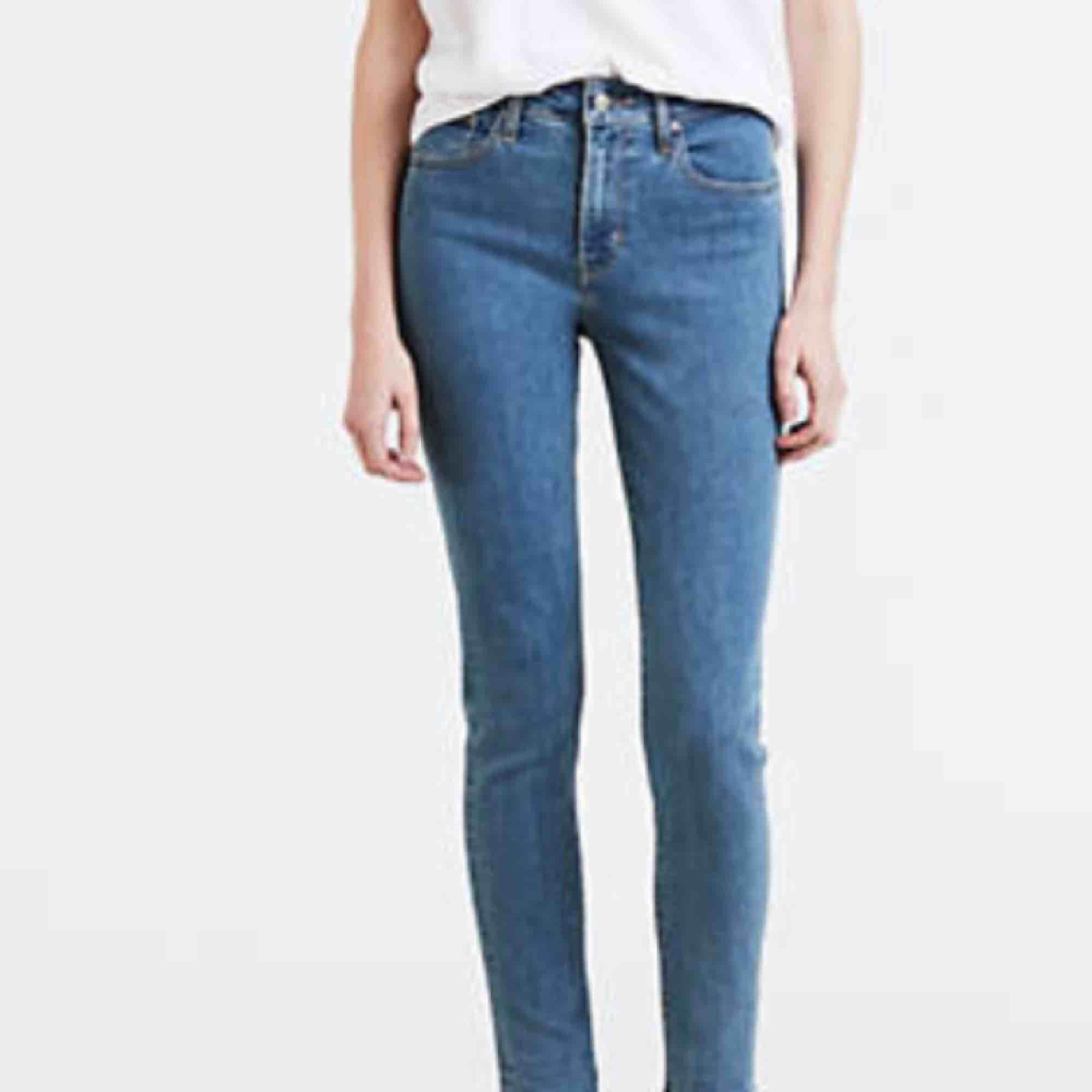 Jättesnygga high-raised jeans från Levis. Sparsamt använda. Nypris 1199kr 🌸. Jeans & Byxor.