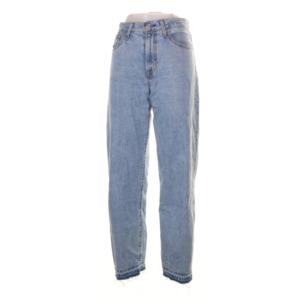Bästa ljusblå vintage softa levi's jeans med hög midja i mom modell och råa kanter längst ner. Köpta på tradera men tyvärr för små, kan därför inte ta bild och visa hur de ser ut på men läs måtten!! Midjemått 64 cm, innerbenslängd 76 cm. Frakt 63 kr.