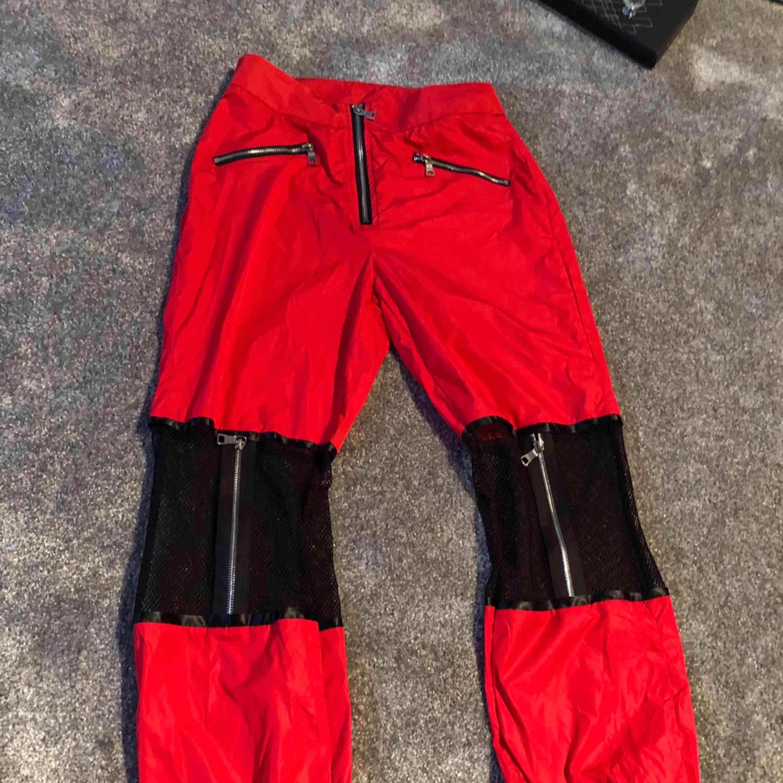✨Suuuper coola röd/svarta byxor med lite nät på knäna, jätte fint skick använda endast 1gång,  står strl M men tycker dem är lite mindre i strl så skulle säga mer åt en S i strl✨  Fraktar spårbart 63kr . Jeans & Byxor.