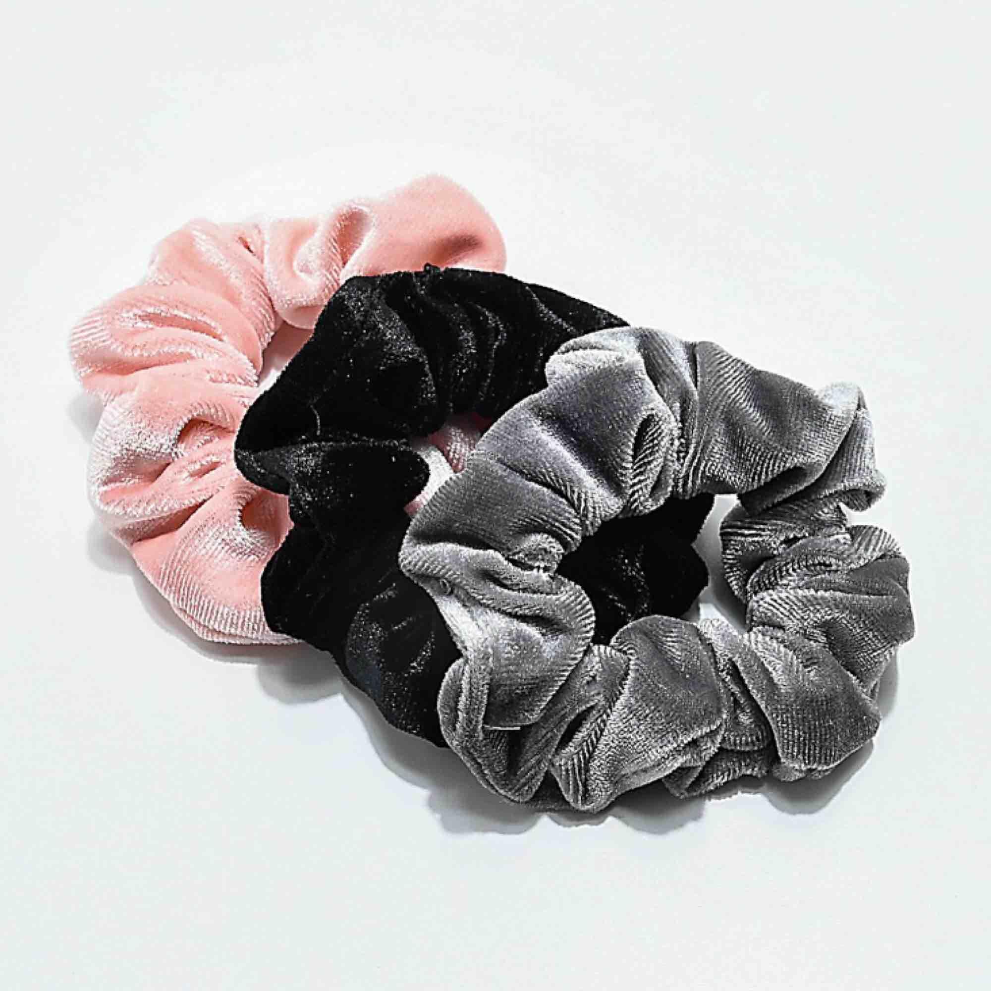 Säljer scrunchies i ALLA olika färger 20kr styck.(: . Accessoarer.