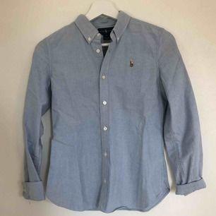 RALPH LAUREN skjorta i storlek 14 (till 14 åringar) men passar även äldre (som en XS) Använd fåtal gånger