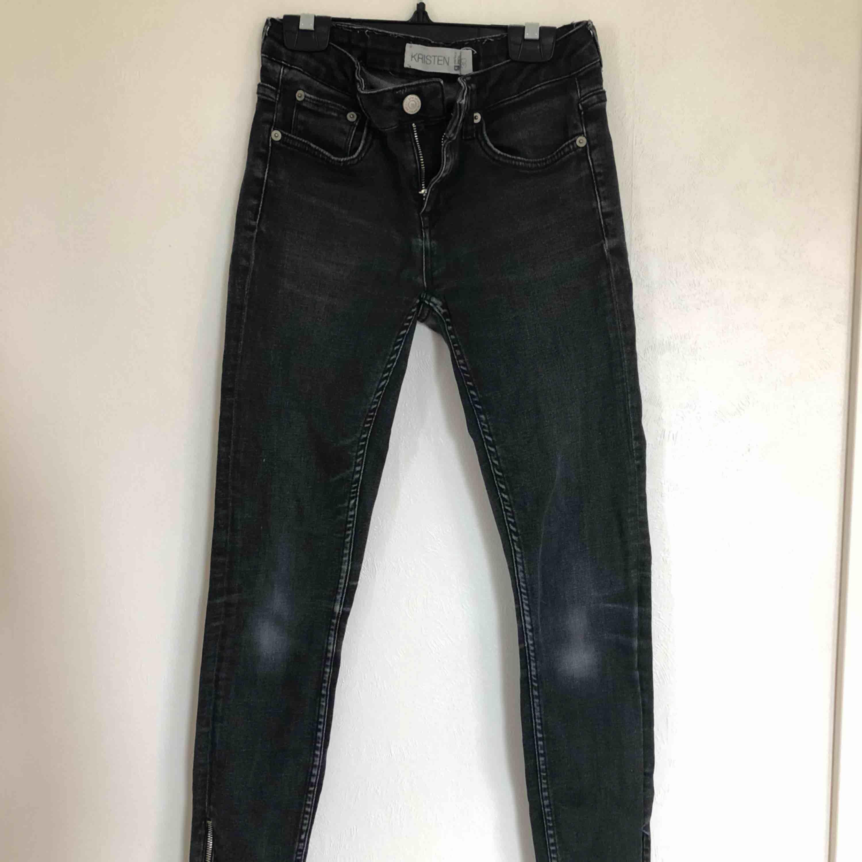 Jättesnygga jeans ifrån Gina storlek 26/30, modellen heter KRISTEN (tror inte modellens finns längre) jeansen är gråa med dragkedja nertill (se andra bilden) . Jeans & Byxor.