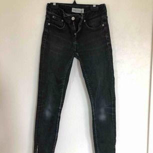 Jättesnygga jeans ifrån Gina storlek 26/30, modellen heter KRISTEN (tror inte modellens finns längre) jeansen är gråa med dragkedja nertill (se andra bilden)