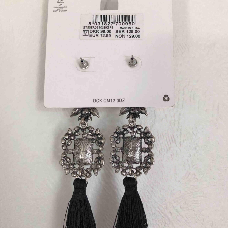 Snygga örhängen från Gina köptes för 129kr, säljer för de aldrig kommer till användning, använda endast 2ggr . Accessoarer.