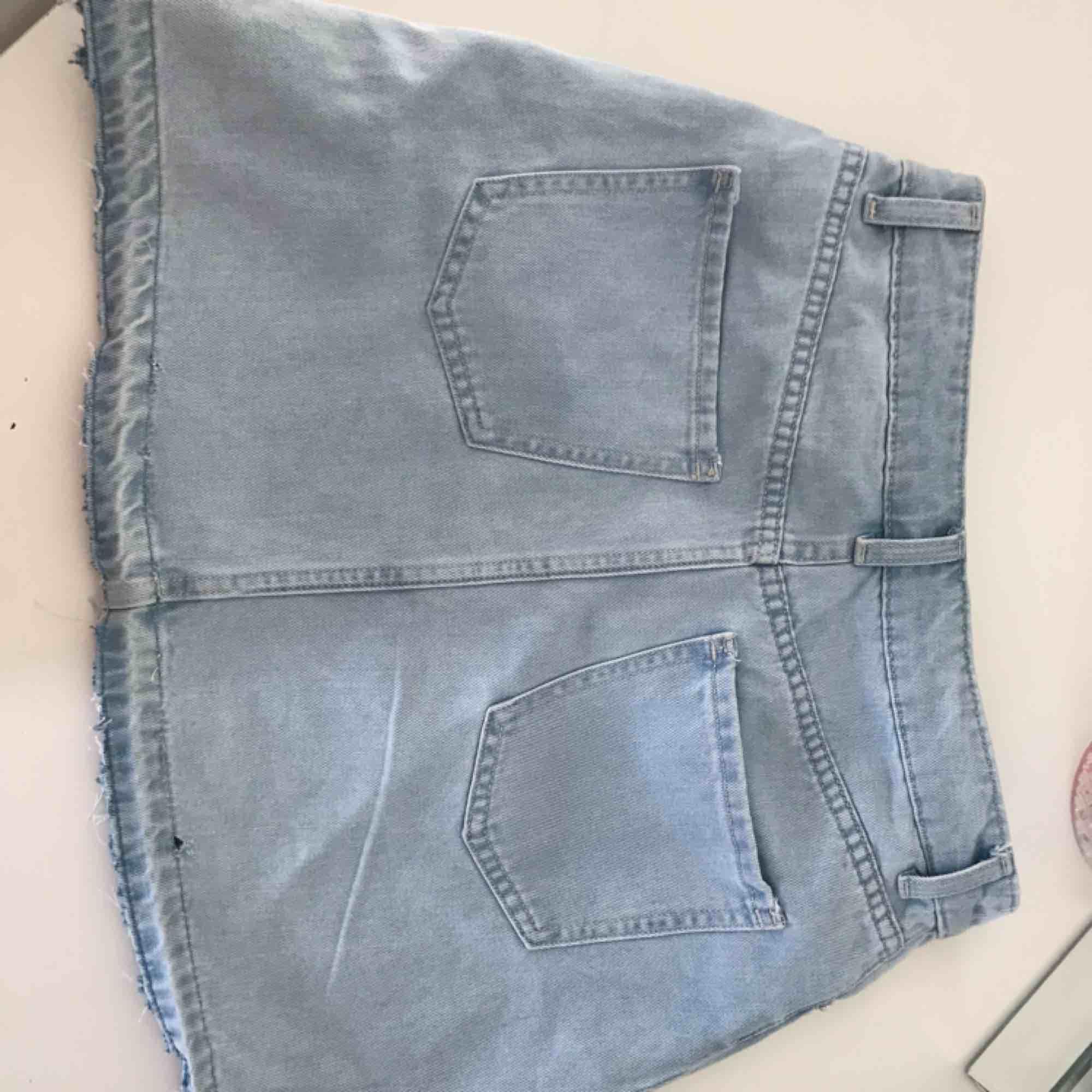 Jättefint jeanskjol från H&M. Normal i storlek. Aldrig använd! 💞. Kjolar.