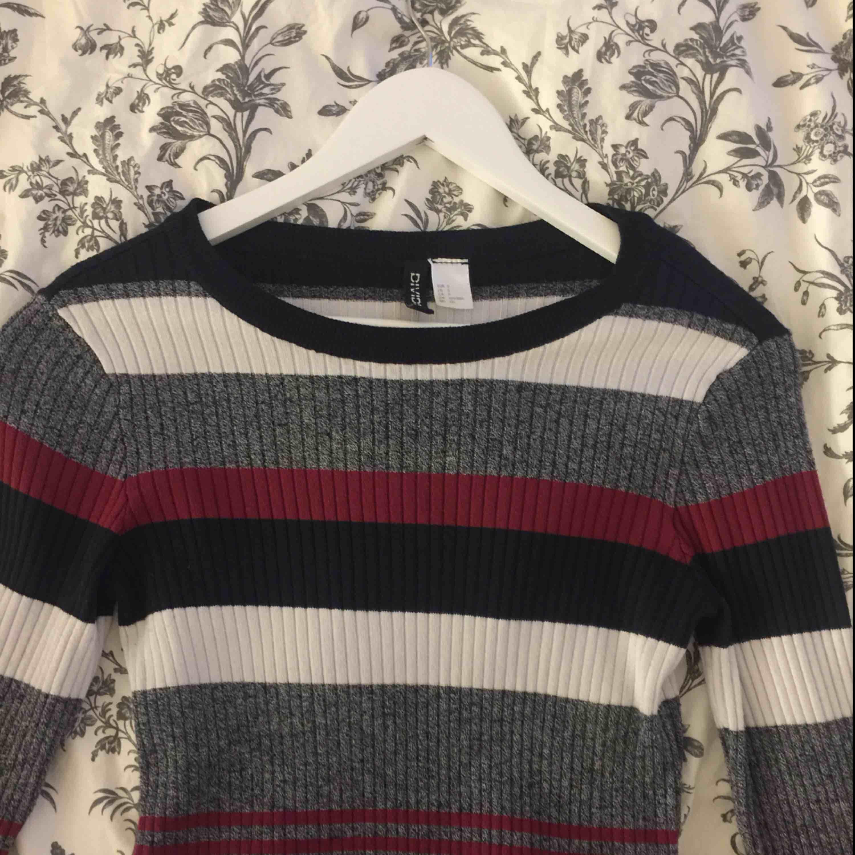 Helt ny tröja från hm, säljer då jag kända att jag inte passade i den så bra, köpt för 199kr, skriv om du vill ha fler bilder eller har frågor, frakt och pris kan diskuteras ☺️. Tröjor & Koftor.