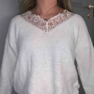 Väldigt skön vit tröja med spets högst upp, använts få tal gånger<3