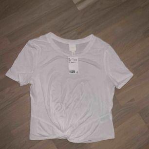 Säljer två t-shirts, en vit och en rosa. Aldrig använda med prislapp kvar<3
