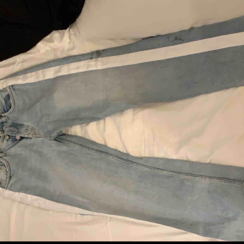 Säljer mina jeans då det har blivit försmå, det är en svart fläck på sidan av benet som jag har tvättat vanligt men går inte bort (kan gå bort med vanliga eller något liknande) Frakt står för köparen! Dom är lite små i strl. Jeans & Byxor.