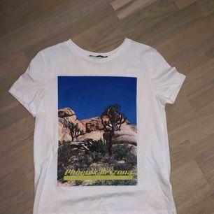 Aldrig använd t-shirt med coolt tryck, väldigt skön och snygg<3
