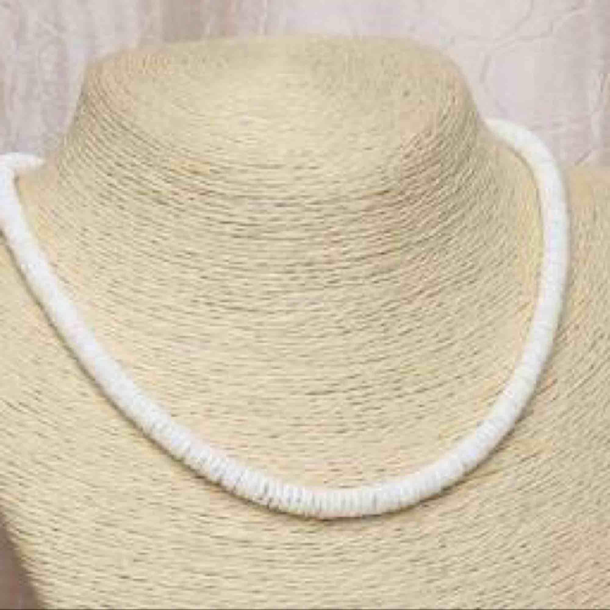 Jättefint halsband med krossade snäckor från Hawaii. Aldrig använt då jag har 2. 🌸. Övrigt.