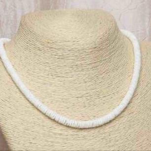 Jättefint halsband med krossade snäckor från Hawaii. Aldrig använt då jag har 2. 🌸