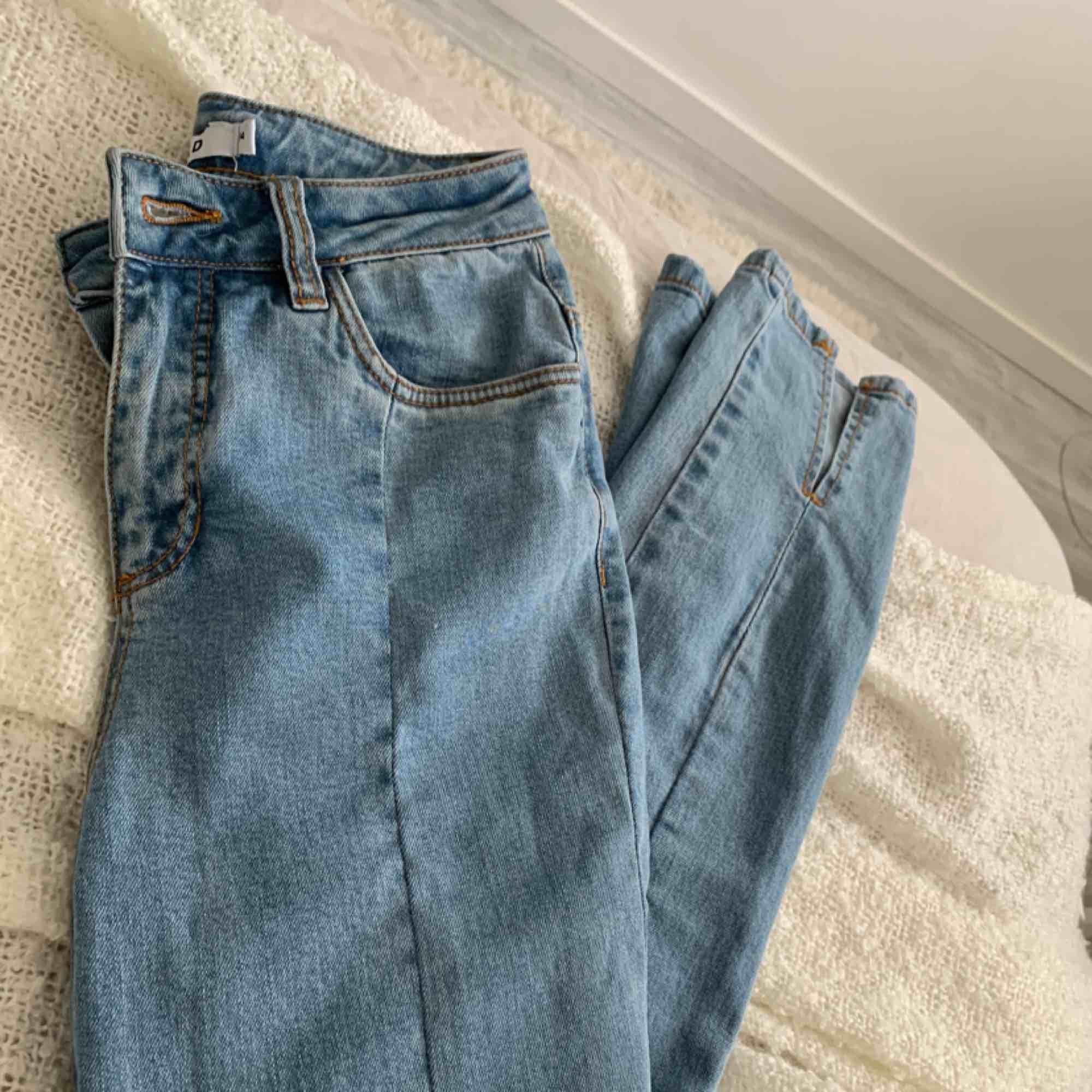 De perfekta Na-Kd-jeansen med snygga slitsar på framsidan. Har tyvärr aldrig kommit till användning, därför säljer jag de. Helt oanvända! Köparen står för frakten:). Jeans & Byxor.