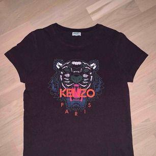 Använd vin rödt-shirt från Kenzo (Äkta) och är köpt på Jackie<3